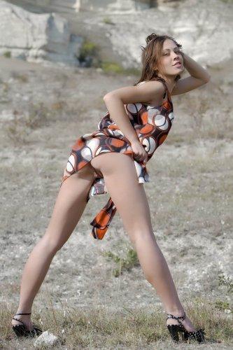 Линда снимает трусики