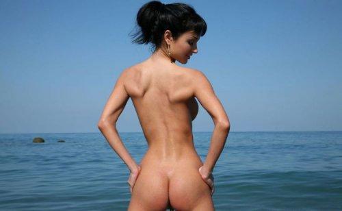Roxanne Milana на морском побережье