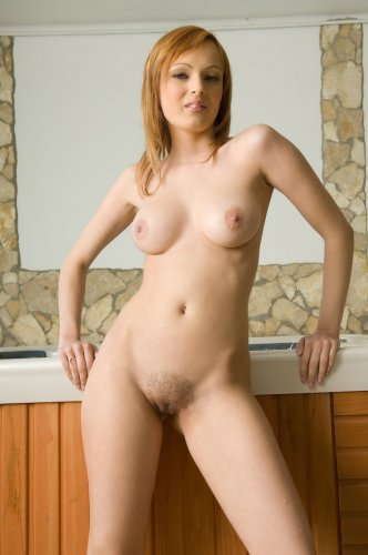 Эротичная девица София снимает трусы и принимает джакузи голышом