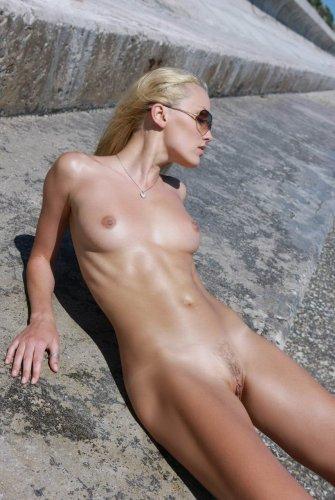 Загарает голая на море