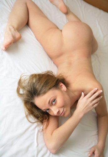 Частная эротика от пьяненькой Марины которая теребит сиськи на кровати