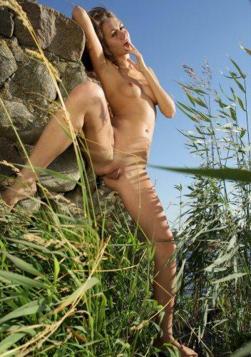Юлия голая возле речки