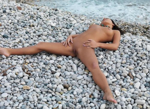 Красотка Nataly на камнях