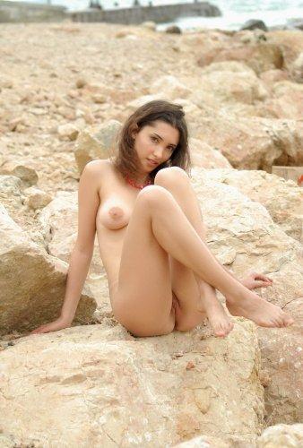Голая красотка на камнях