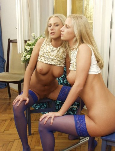 Блондинка перед зеркалом