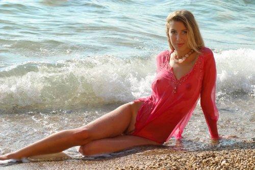 Красотка на берегу моря