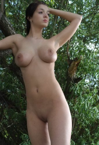 Елена голышом возле речки