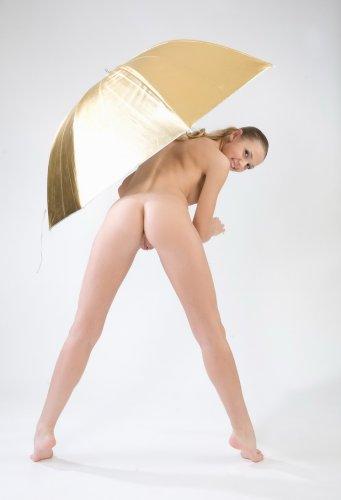 Совершенно голая под золотым зонтом