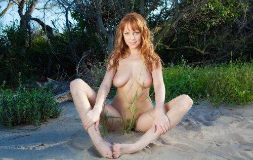 Рыжеволосая Carmen Kees на песке