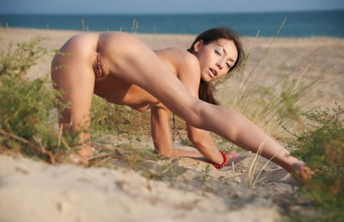 Настя на песочном пляже