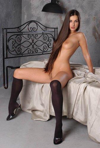 Страстная фотомодель Карина демонстрирует новую интимную причёску