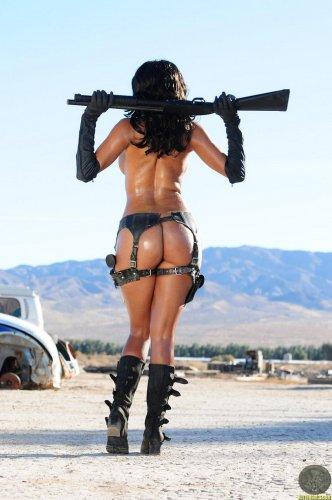 Голая с оружием