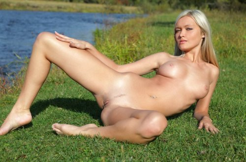Скромная девушка возле речки голышом