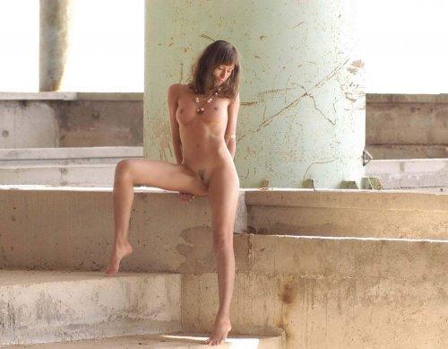 Миранда - прогулка голышом