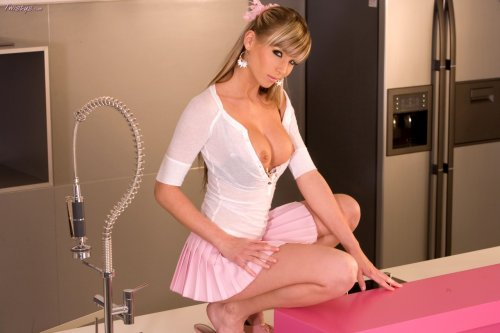 Красивая школьница Denisa Brazdova раздвигает ножки