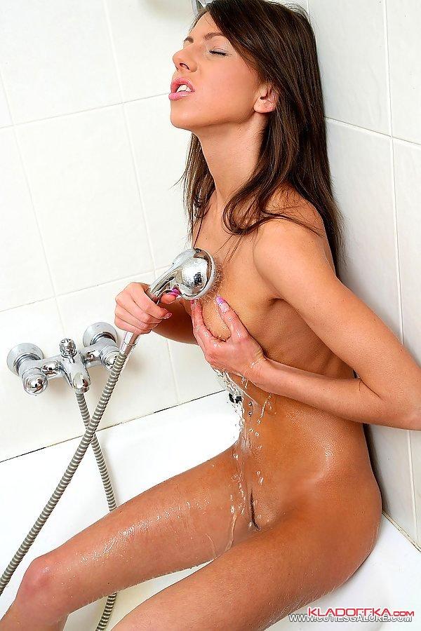 видео девушка ласкает себя душем