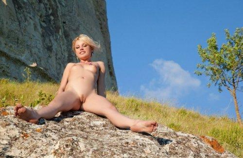 Блондинка в розовом на природе