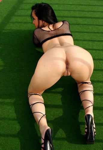Сексуальная Laura Lion в прозрачной сеточке засветила огромные сиськи