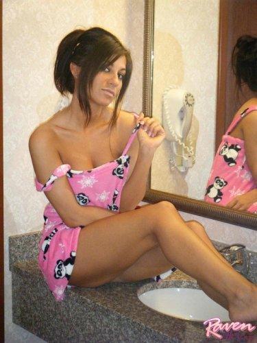 Развратная Raven в ванне перед зеркалом