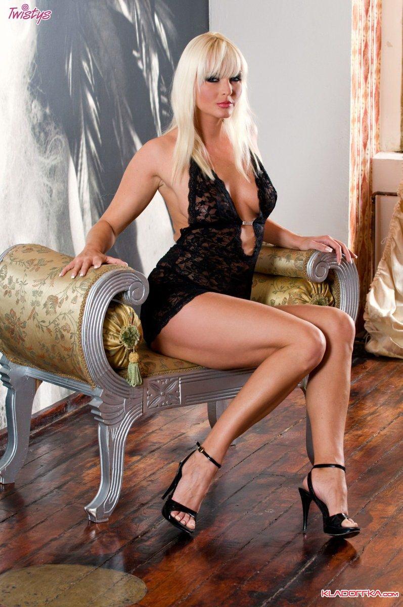 devushki-model-prelesti-erotika-klip-kosmi-bez-tsenzuri