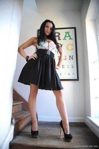 Похотливая девица Kayleigh снимает платье и розовые сексуальные трусики
