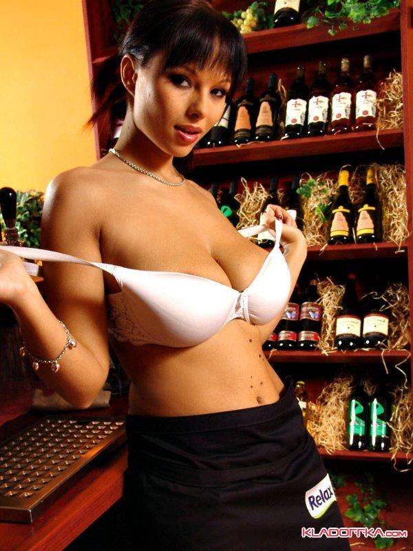 симпатичная официантка фото