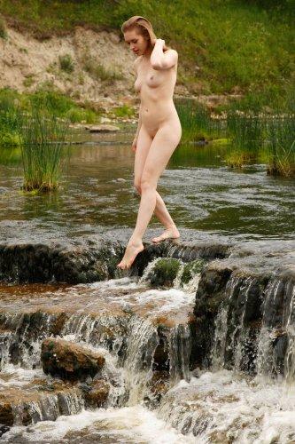 Аня гуляет голышом на речке