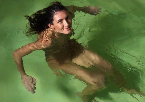 Обворожительная красотка в бассейне