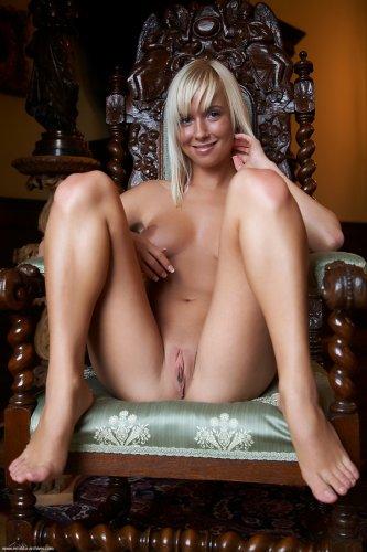 Знаменитая блондинка Emma с крутыми сиськами раздвигает ноги на стуле