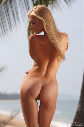 Солнце, пляж и голая красотка Monika