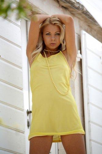 Lea Tyron и жёлтые бусы