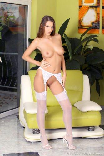 Очаровательная модель Sweet Lizzie в белых нейлоновых чулках
