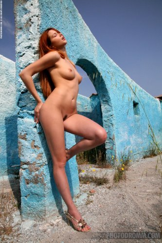 Стройная рыжеволосая красотка Camille с отличной попкой позирует голая