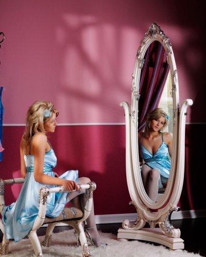 Голая Mila перед зеркалом