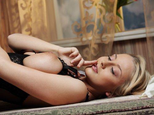 Эротика от Mika Bodana с отличными формами и в эротическом наряде