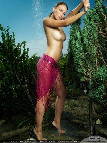 Gina под летним душем