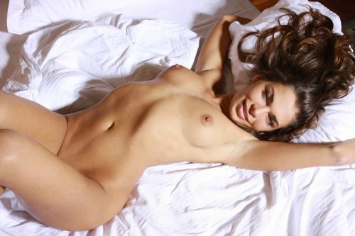 Весёлая симпатичная тёлка Нина со стройным загорелым телом голая в спальне