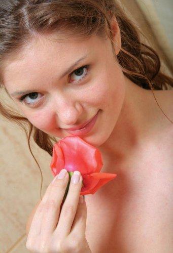 Лана в ванне с розами