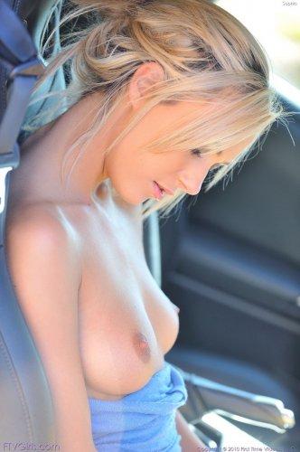 Похотливая сучка Sophia с бритой киской любит позировать голая в разных местах