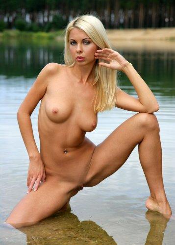 Lea Tyron отдыхает на озере