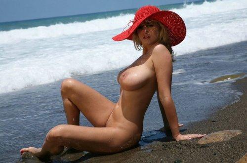 фото голые девушки на берегу