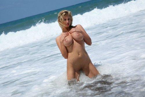 Шикарная девушка на берегу моря