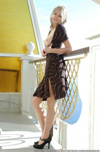 Mila на балконе