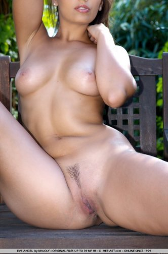 Мулатка Eve Angel в саду