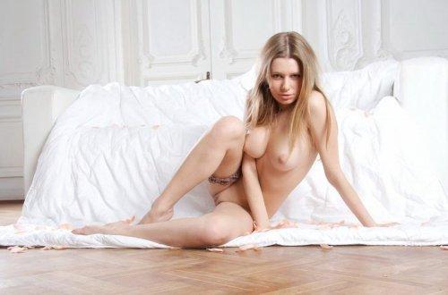 Эротические фотографии симпатичной голой блондинка в номере дорого отеля