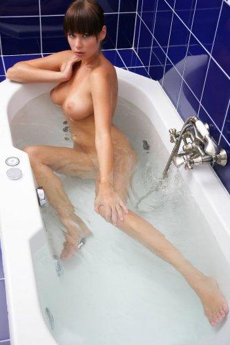 Грудастая русалочка делает частные эротические фото в ванной
