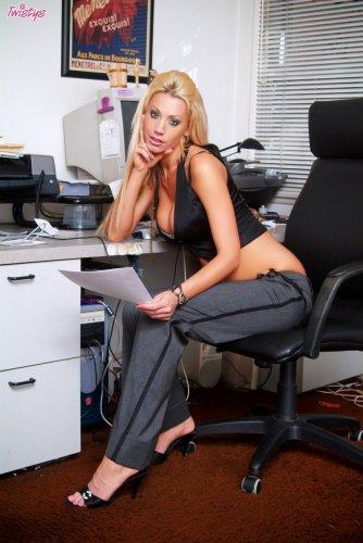 Tanya James в офисе