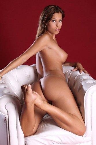 Девушка и кресло