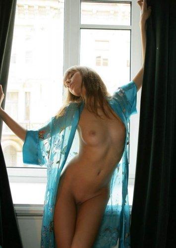 Красивая девочка в голубом халатике