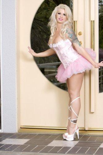 Грудастая порнозвезда Tattooed doll Brooke снимает пышное откровенное платье